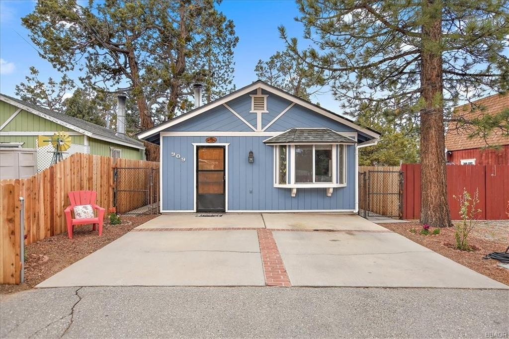 909 Pine Lane Property Photo