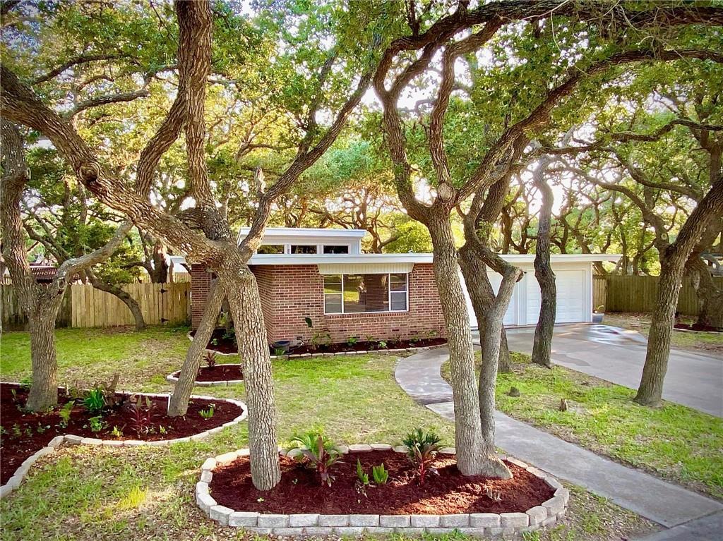2031 La Quinta Drive Property Photo 1