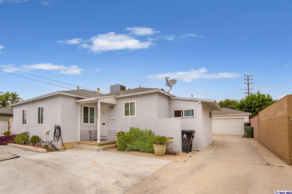 12421 Stagg Street Property Photo