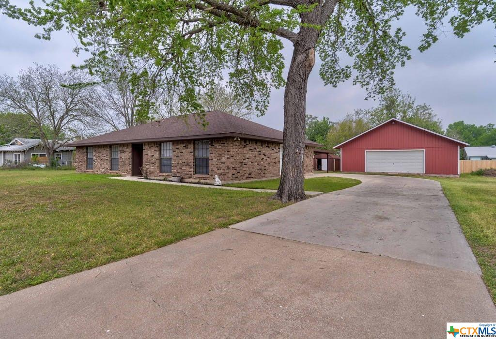 311 Daisy Avenue Property Photo - Luling, TX real estate listing