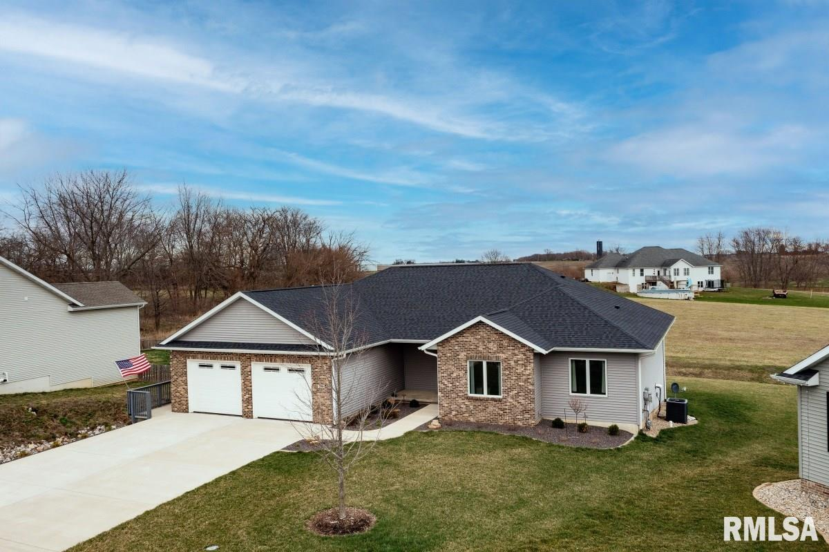 208 HILLCREST Property Photo - Mechanicsburg, IL real estate listing