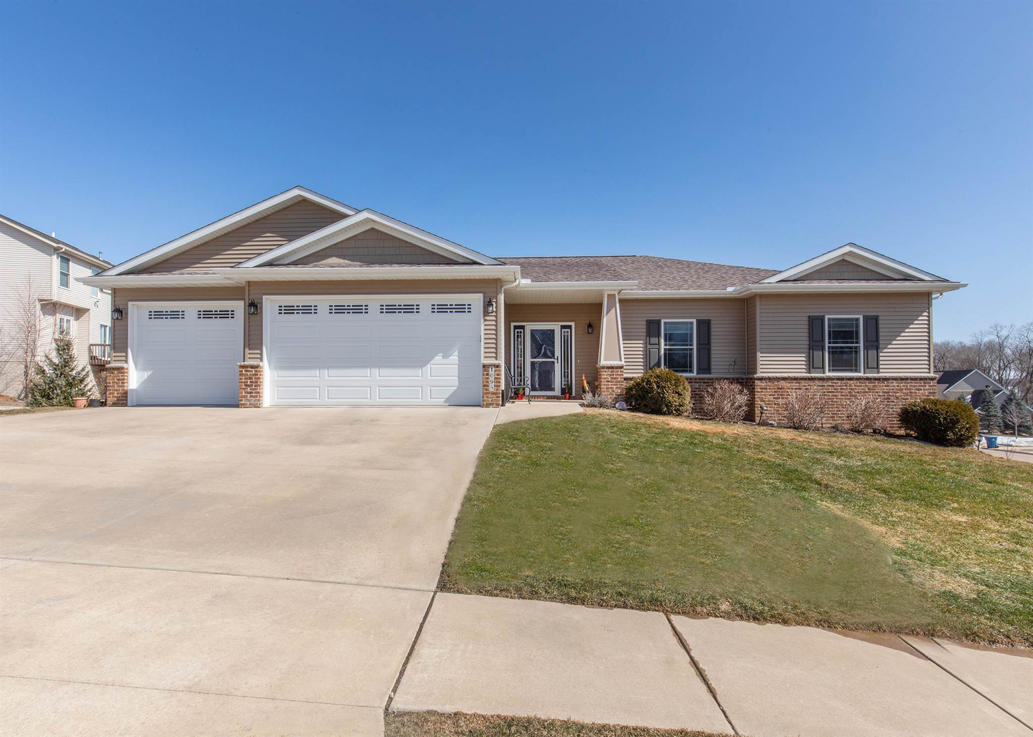 1095 FOX HOLLOW Property Photo - Le Claire, IA real estate listing