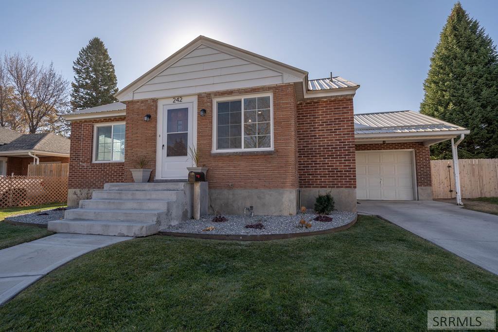 242 E 16th Street Property Photo