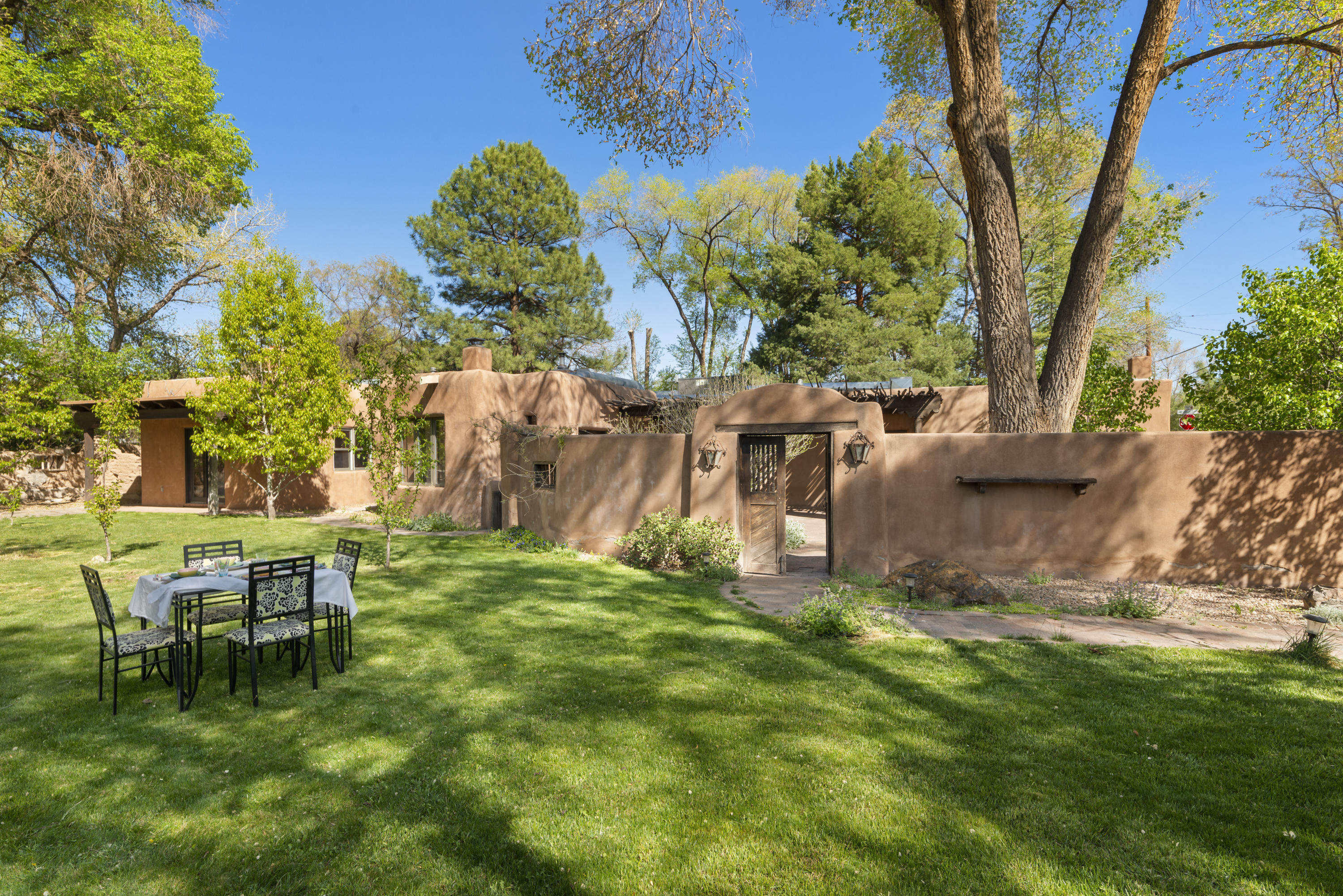 8905 GUADALUPE Trail NW Property Photo - Albuquerque, NM real estate listing